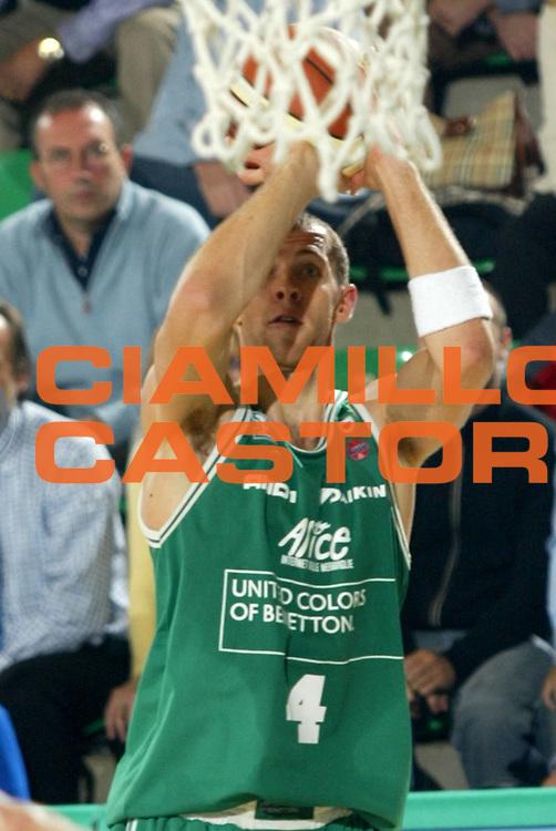 DESCRIZIONE : TREVISO CAMPIONATO LEGA A1 2004-2005<br />GIOCATORE : SISKAUSKAS<br />SQUADRA : BENETTON TREVISO<br />EVENTO : CAMPIONATO LEGA A1 2004-2005<br />GARA : BENETTON TREVISO-ARMANI JEANS MILANO<br />DATA : 07/11/2004<br />CATEGORIA : Tiro<br />SPORT : Pallacanestro<br />AUTORE : Agenzia Ciamillo-Castoria