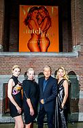 AMSTERDAM - Mario Testino  , Karin Swerink ,  Lara Stone en Doutzen Kroes tijdens de presentatie van het jubileumnummer van Vogue Nederland. Het blad bestaat 5 jaar en viert dit met een speciale editie met de top van de Nederlandse mode-en modellenwereld. ANP KIPPA ROBIN UTRECHT