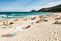 Praia Mole, uma das praias mais movimentadas da Ilha de Santa Catarina durante o verão. Florianópolis, Santa Catarina, Brasil. / <br /> Mole Beach, one of the most crowded beaches of Island of Santa Catarina during summer season. Florianopolis, Santa Catarina, Brazil.