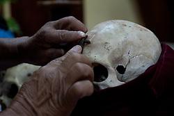 La croce, probabilmente in cera, viene incollata sul cranio da portare in processione.<br /> They put a wax cross on the skull they want to bring in procession.