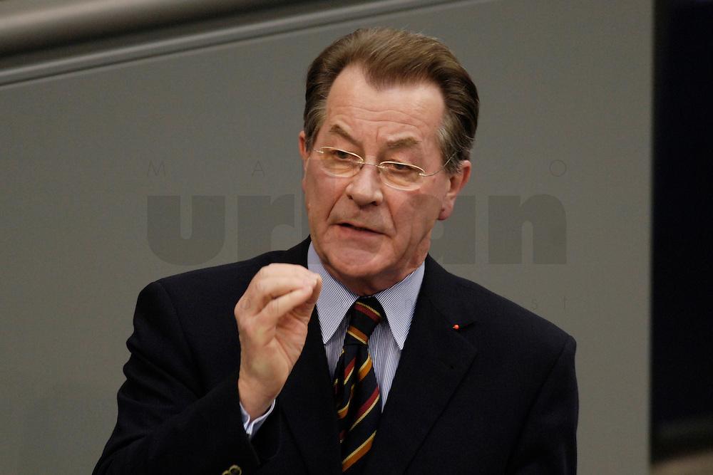 09 FEB 2006, BERLIN/GERMANY:<br /> Franz Muentefering, SPD, Bundesarbeitsminister, haelt eine Rede, waehrend  einer aktuelle Stunde zur Erhoehung des Renteneintrittsalters auf 67 Jahre, Plenum, Deutscher Bundestag<br /> IMAGE: 20060209-02-074<br /> KEYWORDS: Franz M&uuml;ntefering, speech