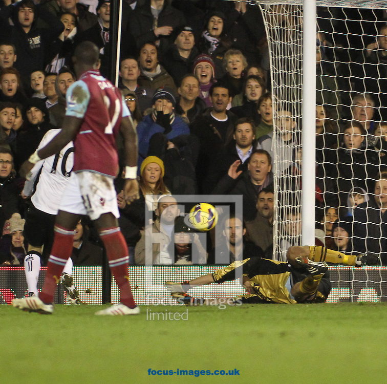Picture by David Horn/Focus Images Ltd +44 7545 970036.30/01/2013.Mladen Petric of Fulham scores Fulham's third goal during the Barclays Premier League match at Craven Cottage, London.