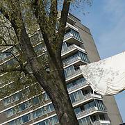 Amsterdam, 06-05-2013. De eerste kunstwerken ARTZUID, de Internationale Sculpture Route van 22 mei t/m 22 september, zijn geplaatst op de Apollolaan te Amsterdam, ter hoogte van het Hilton Hotel. Op de foto: Japanse Onderbroek van kunstenaar Kenichi Okawa.