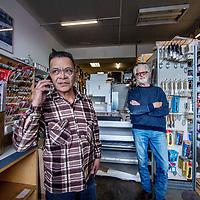 Nederland, Amsterdam, 18 april 2017.<br /> Irmen Beers en Jan Best van Levant Kunstenaarsbenodigheden aan de Levantkade.<br /> <br /> Foto: Jean-Pierre Jans