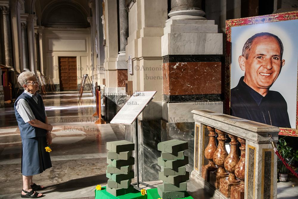 Una suora prega davanti la tomba del Santo Pino Puglisi nella Cattedrale di Palermo.