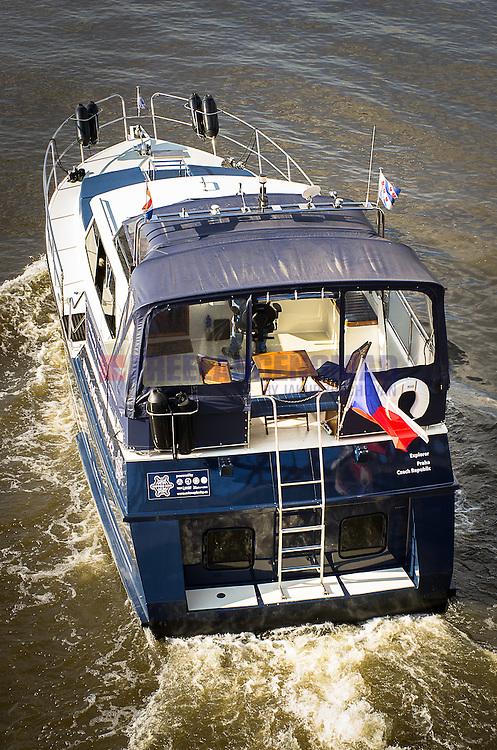 Loď Explorer -Cvičné plavby v Praze na Vltavě