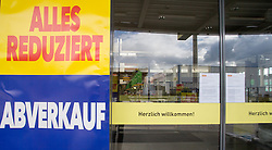 THEMENBILD - BauMaxx Kette, im Bild der Eingang eines Baumarkts der insolventen BauMaxx - Kette, aufgenommen am 20.09.2015 in Neurum, Österreich // the logo of the insolvent group BauMaxx in Neurum, Austria on 2015/09/20. EXPA Pictures © 2015, PhotoCredit: EXPA/ Jakob Gruber