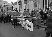 29/03/1978.03/29/1978.29th March 1978..Photograph of the Lord Mayor of Dublin, Clr. Michael Collins starting the men on their journey watched by Mr. M.E. Marren, President of Unicef.