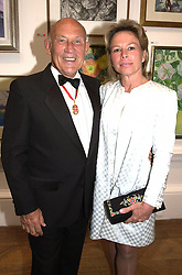 SIR STIRLING & LADY MOSS at a dinner in <br /> London on 19th June 2000.OFL 27<br /> © Desmond O'Neill Features:- 020 8971 9600<br />    10 Victoria Mews, London.  SW18 3PY <br /> www.donfeatures.com   photos@donfeatures.com<br /> MINIMUM REPRODUCTION FEE AS AGREED.<br /> PHOTOGRAPH BY DOMINIC O'NEILL