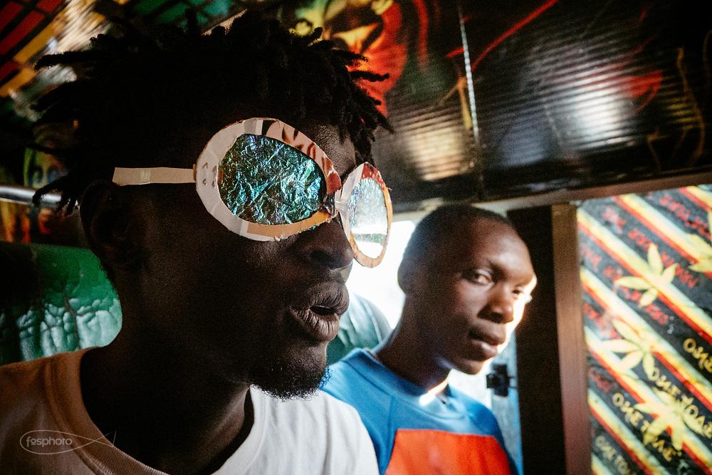 Kenia 2017: Nairobi, Idris, giovane Producer, indossa una maschera, durante le riprese di un video musicale.