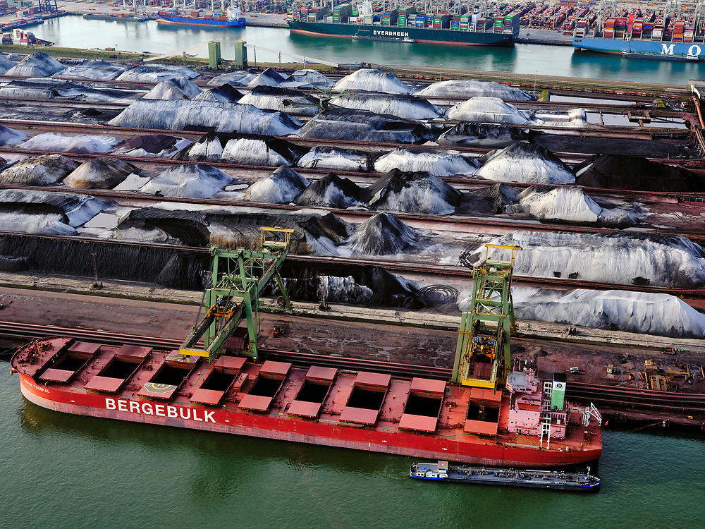 Nederland, Zuid-Holland, Rotterdam, 14-09-2019; Eerste Maasvlakte (MV2), Mississippihaven met EMO, logistieke terminal voor droge bulklading - overslag van droge bulk, zoals erts en kolen. Amzonehaven en ECT in de achtergrond.<br /> Mississippihaven with EMO (transshipment of dry bulk, such as ore and coal).<br /> <br /> luchtfoto (toeslag op standard tarieven);<br /> aerial photo (additional fee required);<br /> copyright foto/photo Siebe Swart