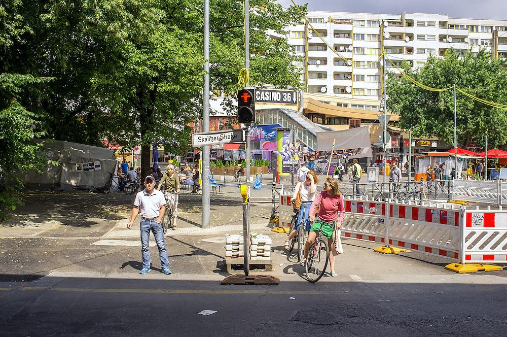 Germany - Deutschland - BERRLIN Kreuzberg, Kottbusser Tor, Straßenszene; Protestzelt Gezi-Park/Taksim Platz; Verkehr, Architekteur; 10.07.2013; © Christian Jungeblodt