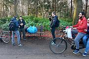 Nederland, the Netherlands, Nijmegen, 4-11-2015Kamp, tentenkamp Heumensoord, de tijdelijke noodopvang, azc, van het COA. Plaats voor 3000 asielzoekers. Mensen wandelen buiten. Door de zachte winter is het in de tenten nog niet zo koud. Twee studenten hebben een interview, vraaggesprek met een man voor een studieproject.FOTO: FLIP FRANSSEN