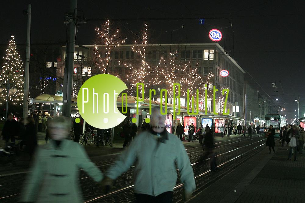 Mannheim. Paradeplatz / Kapuzinerplanken / Wasserturm. Die Innenstadt im Lichterglanz. Offizieller Startschuss f&uuml;r die Weihnachtsbeleuchtung und die Er&ouml;ffnung der beiden Weihnachtsm&auml;rkte Kapuzinerplanken und der Gro&szlig;e Markt am Fusse des Wasserturms.<br /> <br /> Bild: Markus Pro&szlig;witz<br /> ++++ Archivbilder und weitere Motive finden Sie auch in unserem OnlineArchiv. www.masterpress.org ++++