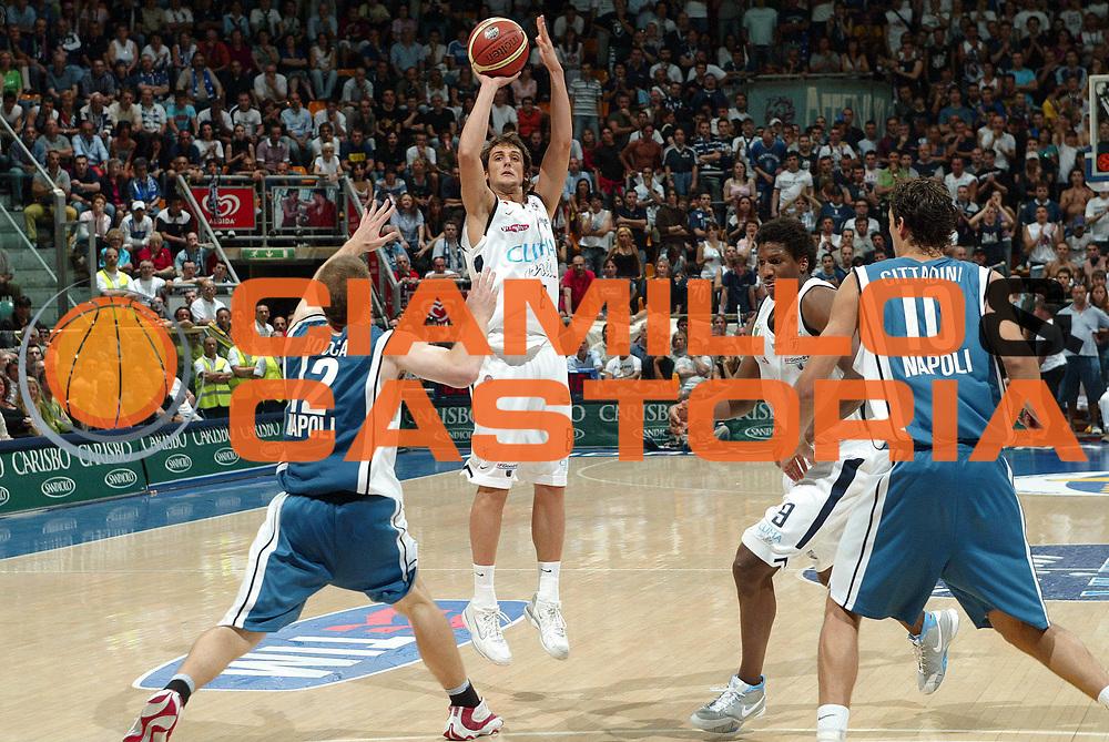 DESCRIZIONE : Bologna Lega A1 2005-06 Play Off Semifinale Gara 5 Climamio Fortitudo Bologna Carpisa Napoli <br /> GIOCATORE : Belinelli<br /> SQUADRA : Climamio Fortitudo Bologna <br /> EVENTO : Campionato Lega A1 2005-2006 Play Off Semifinale Gara 5  GARA : Climamio Fortitudo Bologna Carpisa Napoli <br /> DATA : 11/06/2006 <br /> CATEGORIA : tiro<br /> SPORT : Pallacanestro <br /> AUTORE : Agenzia Ciamillo-Castoria/G.Livaldi<br /> Galleria : Lega Basket A1 2005-2006 <br /> Fotonotizia : Bologna Campionato Italiano Lega A1 2005-2006 Play Off Semifinale Gara 5 Climamio Fortitudo Bologna Carpisa Napoli <br /> Predefinita :