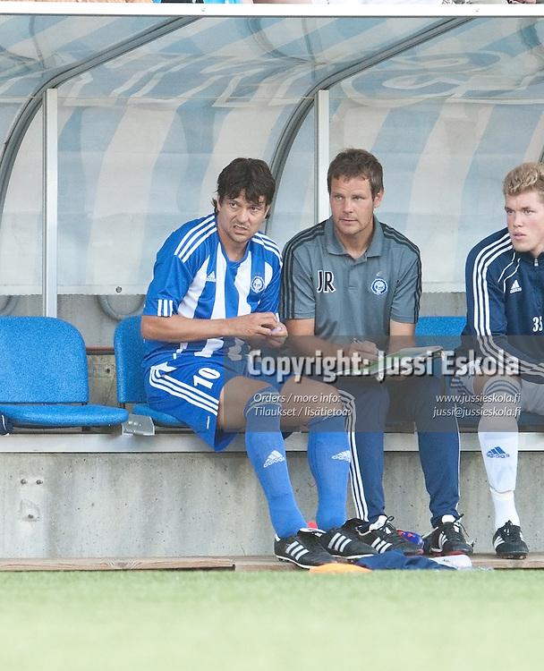 Jari Litmanen, Juho Rantala. HJK - Dinamo Zagreb. Mestarien liigan karsinta. Helsinki 27.7.2011. Photo: Jussi Eskola