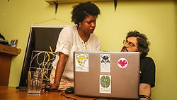 PORTO ALEGRE, RS, BRASIL, 21-01-2017, 12h24'54&quot;:  Desiree dos Santos, 32, discute um projeto com o f&iacute;sico e programador Vlademir PIana de Castro, 53, no espa&ccedil;o Matehackers Hackerspace, da Associa&ccedil;&atilde;o Cultural Vila Flores, no bairro Floresta da capital ga&uacute;cha. A  Consultora de Desenvolvimento de Software na empresa ThoughtWorks fala sobre as dificuldades enfrentadas por mulheres negras no mercado de trabalho.<br /> (Foto: Gustavo Roth / Ag&ecirc;ncia Preview) &copy; 21JAN17 Ag&ecirc;ncia Preview - Banco de Imagens