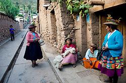 Calle del pueblo de Sarhua, en Ayacucho.
