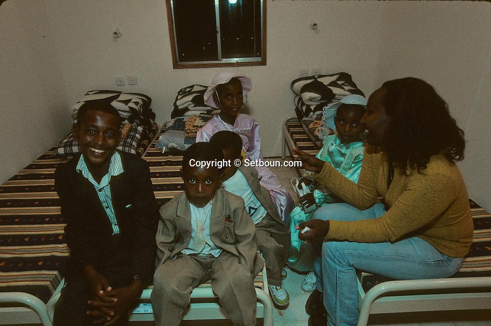 """Family Wacou; new immigrants Ethiopia, """"Falashmuras"""": Christians converted to Judaism  givaat amatos, Jerusalem  Israel     /// arrivee de nouveau amigrants  """"Falashmuras"""" d'Etiopie, famille wacou   givaat amatos, Jerusalem  Israel Chretiens  du Gundar en cours de conversion au judaisme descendant de la tribu de Dan  /// R00287/    L004347  /  P0007190"""