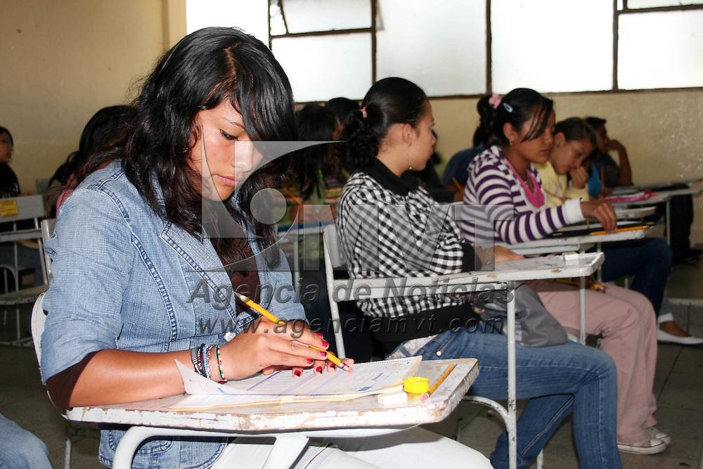 Toluca, Mex.- Miles de estudiantes presentaron su examen de admisi&oacute;n para el nivel medio superior en diferentes planteles de preparatorias, el examen duro alrededor de dos horas. Agencia MVT / Jos&eacute; Hern&aacute;ndez. (DIGITAL)<br /> <br /> NO ARCHIVAR - NO ARCHIVE