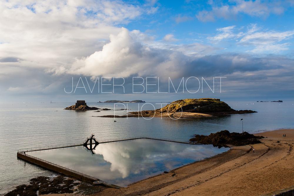 Plage de Bon secours. Vu de la piscine de mer, le Grande bé, le petite bé et la ile de cezembre Piscine de mer, plongeoir piscine de Saint Malo, Brittany, france