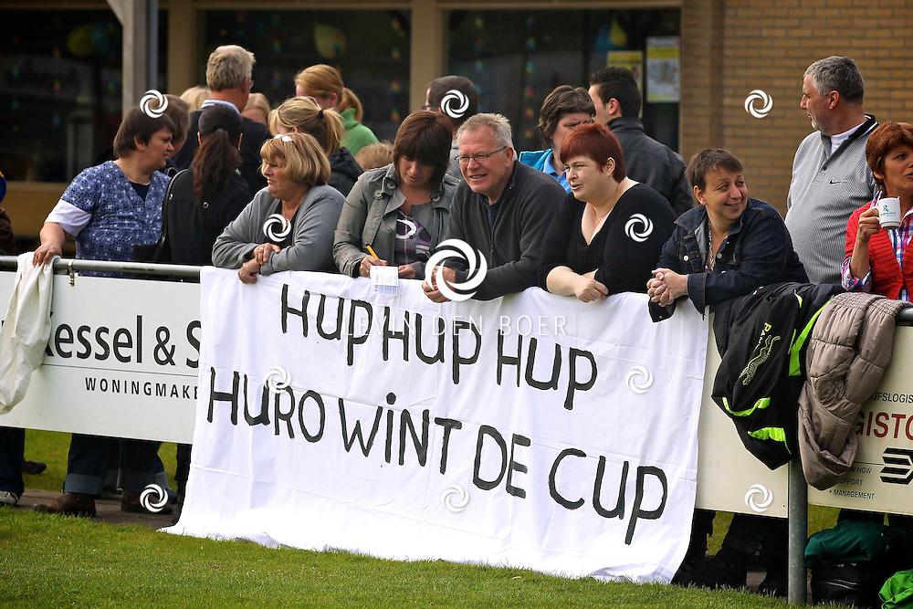 HURWENEN - Op het terrein van VV-Hurwenen spelen de twee G-Teams tegen elkander voor de Cup. Met op de foto de supporters van Huro. FOTO LEVIN DEN BOER - PERSFOTO.NU