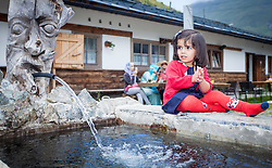THEMENBILD, Arabische Gäste bei einem Ausflug auf die Fürthermoar Alm bei den Hochgebirgsstauseen Kaprun, ein Kind auf einen Almbrunnen. Jedes Jahr besuchen mehrere Tausend Gäste aus dem arabischen Raum die Urlaubsregion im Salzburger Pinzgau, aufgenommen am 29.08.2013 in Kaprun, Österreich // Arab guests at a trip to the Fuerthermoar Alm at the Kaprun Alpine Reservoirs. Every year thousands of guests from Arab countries takes their holiday in Zell am See - Kaprun Region, Kaprun, Austria on 2013/08/29. EXPA Pictures © 2013, PhotoCredit: EXPA/ JFK