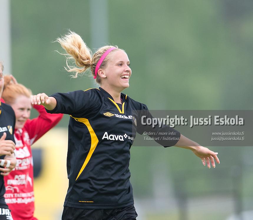 Marianna Tolvanen juhlii 2-1-maalia. Honka - NiceFutis. NiceF. Naisten liiga, Espoo,  18.5.2013. Photo: Jussi Eskola