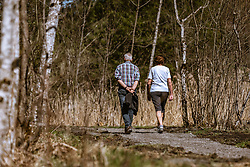 THEMENBILD - ein älteres Paar spaziert auf einem Schotterweg in der Sonne, aufgenommen am 19. April 2019, Kaprun, Österreich // an older couple walking on a gravel path in the sun on 2019/04/19, Kaprun, Austria. EXPA Pictures © 2019, PhotoCredit: EXPA/ Stefanie Oberhauser