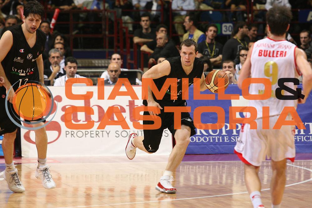 DESCRIZIONE : Milano Lega A1 2006-07 Playoff Semifinale Gara 3 Armani Jeans Milano VidiVici Virtus Bologna<br /> GIOCATORE : Brett Blizzard<br /> SQUADRA : VidiVici Virtus Bologna<br /> EVENTO : Campionato Lega A1 2006-2007 Playoff Semifinale Gara 3<br /> GARA : Armani Jeans Milano VidiVici Virtus Bologna<br /> DATA : 06/06/2007 <br /> CATEGORIA : Palleggio<br /> SPORT : Pallacanestro <br /> AUTORE : Agenzia Ciamillo-Castoria/S.Ceretti