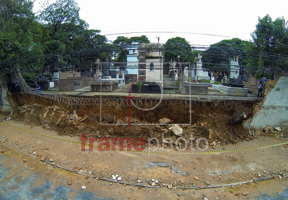 SP - SÃO PAULO/QUEDA/MURO - GERAL - Muro do Cemitério da Consolação, região central de São Paulo, é derrubado após a forte chuva de ontem, 22, na cidade. Ninguém ficou ferido com o acidente, ocorrido na Rua Mato Grosso. - FOTO MARCELO D'SANTS/FRAME