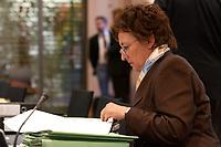 06 NOV 2003, BERLIN/GERMANY:<br /> Brigitte Zypries, SPD, Bundesjustizministerin, liest in Unterlagen, vor Wiederaufnahme einer Sitzung mit den Justizministern der Laender, Landesvertretung Schleswig-Holstein<br /> IMAGE: 20031106-02-021<br /> KEYWORDS: Akte, Akten, lesen