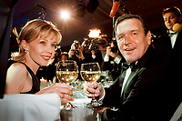12 NOV 1999, BERLIN/GERMANY:<br /> Gerhard Schröder, Bundeskanzler, und Ehefrau Doris Schröder-Köpf, auf dem Bundespresseball 1999, Hotel Intercontinental<br /> Gerhard Schroeder, Fed. Chancellor, Germany, and his wife Doris Schroeder-Koepf, at the Bundespresseball 1999<br /> IMAGE: 19991112-01/02-31<br /> KEYWORDS: ball, Frau, Freizeit, Gesellschaft, society, Alkohol, alcohol, Wein, wine
