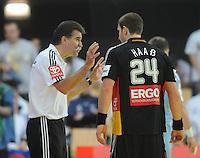 Handball EM Herren 2010 Vorrunde Slowenien - Deutschland 20.01.2010 Heiner Brand (Trainer GER links) gibt Michael Haass (rechts) Anweisungen