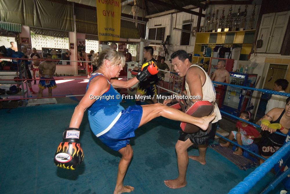 Bangkok, Thailand, April 2007. Travel Writer Jillin Macdonald blooms at her first ever boxing experience. Muay Thai Boxing School Sor Voropin offers professional training for Thai and and foreign boxers. Many Thai and international Champions have trained here. Photo by Frits Meyst/Adventure4ever.com