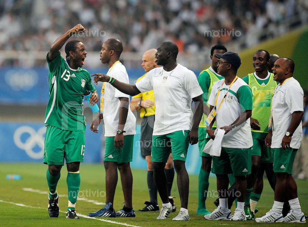 Olympia 2008  Peking  Fussball  Maenner   19.08.2008 Nigeria - Belgien Olubayo ADEFEMI (li, NGR) jubelt nach seinem Tor zum 1-0 zusammen mit den Auswechselspielern.