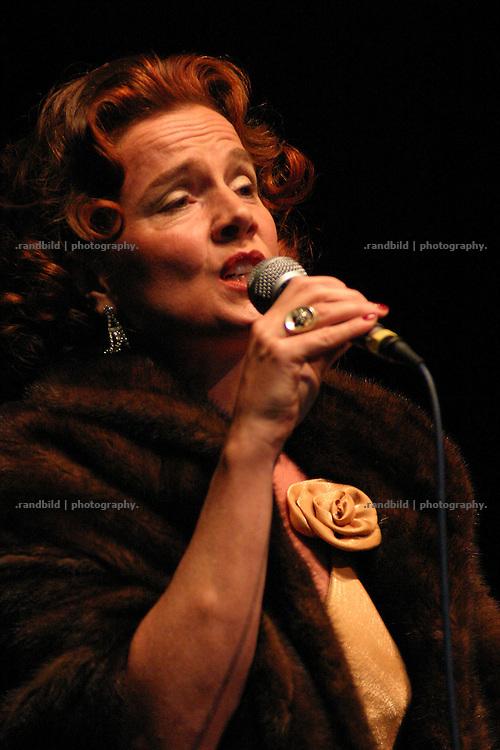 Charlotte Knappstein singt als Zarah Leander auf der Eröffnung der Wwllvita in Hitzacker.