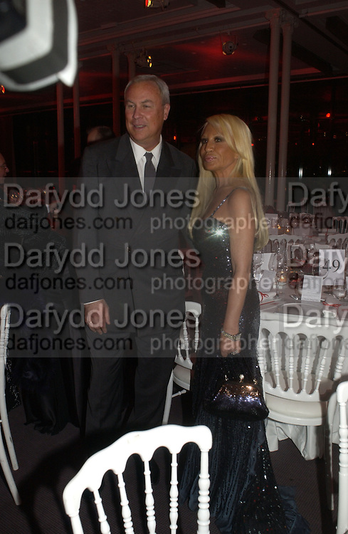 Bob Wilson and Donatella Versace. The Sidaction Party raising funds to treat AIDS, held during Haute Couture week  Spring/Summer 2006 at the Pavillon D'Armenonville, Bois de Boulogne.  Paris.  January 25 2006.  ONE TIME USE ONLY - DO NOT ARCHIVE  © Copyright Photograph by Dafydd Jones 66 Stockwell Park Rd. London SW9 0DA Tel 020 7733 0108 www.dafjones.com
