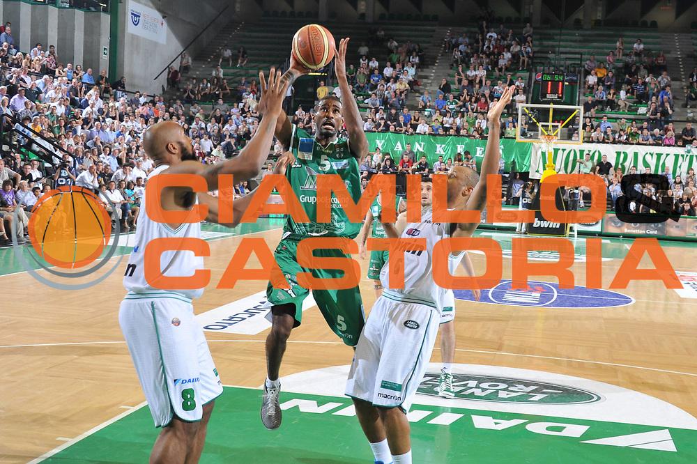 DESCRIZIONE : Treviso Lega A 2010-11 Quarti di finale Play off Gara 3 Benetton Treviso Air Avellino<br /> GIOCATORE : Taquean Dean<br /> SQUADRA : Benetton Treviso Air Avellino <br /> EVENTO : Campionato Lega A 2010-2011<br /> GARA : Benetton Treviso Air Avellino<br /> DATA : 23/05/2011<br /> CATEGORIA : Tiro<br /> SPORT : Pallacanestro<br /> AUTORE : Agenzia Ciamillo-Castoria/M.Gregolin<br /> Galleria : Lega Basket A 2010-2011<br /> Fotonotizia : Treviso Lega A 2010-11 Quarti di finale Play off Gara 3 Benetton Treviso Air Avellino<br /> Predefinita :