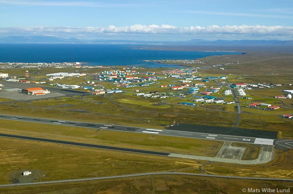Keflavíkurflugvöllur, varnarliðssvæðið séð til norðurs, Keflavík / Keflavik international airport, NATO base settlement in foreground, viewing north to Reykjavik, capital of Icelandl