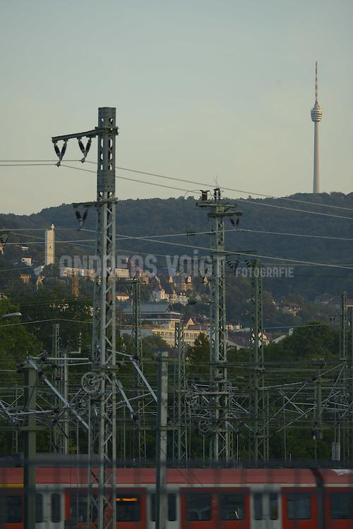 Häuser an den bewaldeten Hügeln von Stuttgart