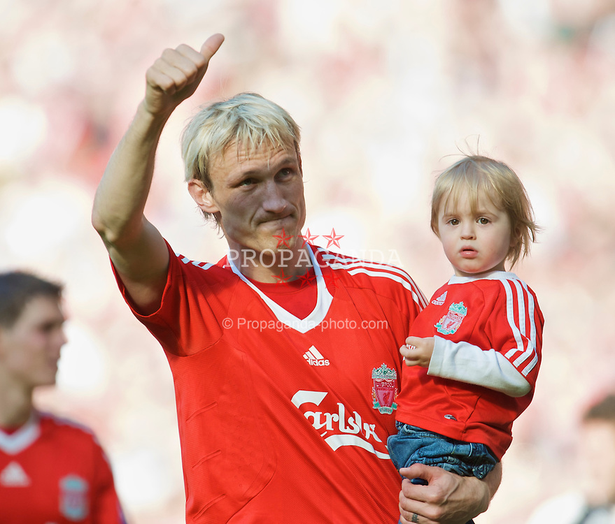 LIVERPOOL, ENGLAND - Sunday, May 24, 2009: Liverpool's Sami Hyypia, holding his son, waves goodbye the the Anfield crowd after a decade of service for the Reds. Liverpool defeated Tottenham Hotspur 3-1 on the final day of the Premiership season to finish second in the League. (Photo by: David Rawcliffe/Propaganda)