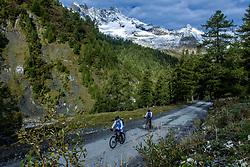 15-09-2017 ITA: BvdGF Tour du Mont Blanc day 6, Courmayeur <br /> We starten met een dalende tendens waarbij veel uitdagende paden worden verreden. Om op het dak van deze Tour te komen, de Grand Col Ferret 2537 m., staat ons een pittige klim (lopend) te wachten. Na een welverdiende afdaling bereiken we het Italiaanse bergstadje Courmayeur. Jan en Jaap