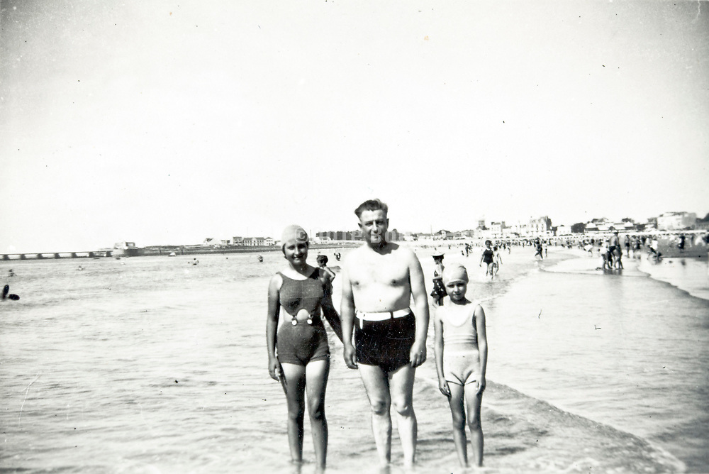 family beach summer vacation 1930s