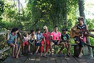 Mayhara und ihre Familie haben nah am<br /> Wasser gebaut, zumindest im übertragenen<br /> Sinn: Sie lebendort, wo ANDERE Urlaub<br /> machen – an den gigantischen Iguazú-<br /> Fällen. Weshalb die 13-Jährige das<br /> Naturwunder trotzdem nur selten<br /> zu Gesicht bekommt, lest ihr hier