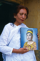 Pakistan - Hijra, les demi-femmes du Pakistan - Chandni Mehwish, veritable Hijra et sa photo jeune. // Chandni Mehwish, a real hijra. Her portrait when she was young.