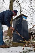 Gemaal Dwersfeart, Gorredijk. Rayonbeheerder Klaas Frieswijk van Wetterskip Fryslân opent/sluit de bedieningskast van het gemaal.