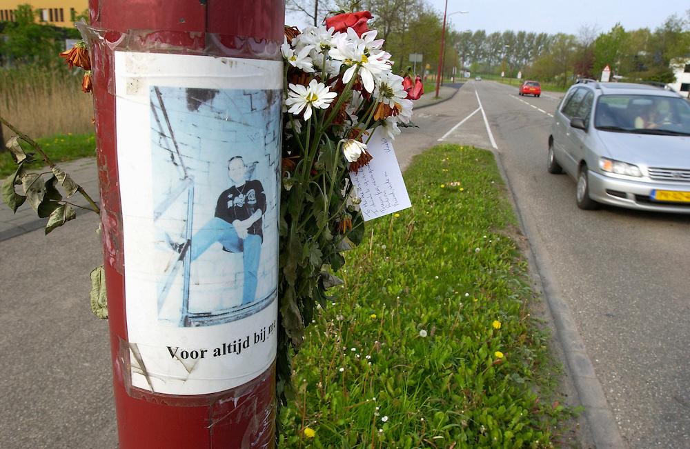 Nederland, Nieuwegein, 24-4-2002.Monumentje voor verkeersslachtoffer aan lantaarnpaal, met foto en bloemen en briefjes..Dodelijk ongeluk. verkeer...Foto (c) MIchiel Wijnbergh/Hollandse Hoogte