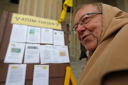 Aktivisten der niedersächsischen Atomstandorte nageln vor dem Landtagsgebäude in Hannover ihre Thesen (Forderungen) an die neu gewählte Landesregierung an eine symbolische Tür.<br /> <br /> Ort: Hannover<br /> Copyright: Andreas Conradt<br /> Quelle: PubliXviewinG