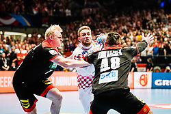 18.01.2020, Wiener Stadthalle, Wien, AUT, EHF Euro 2020, Kroatien vs Deutschland, Hauptrunde, Gruppe I, im Bild v. l. Patrick Wiencek (GER), Luka Cindric (CRO), Jannik Kohlbacher (GER) // f. l. Patrick Wiencek (GER) Luka Cindric (CRO) Jannik Kohlbacher (GER) during the EHF 2020 European Handball Championship, main round group I match between Croatia and Germany at the Wiener Stadthalle in Wien, Austria on 2020/01/18. EXPA Pictures © 2020, PhotoCredit: EXPA/ Florian Schroetter
